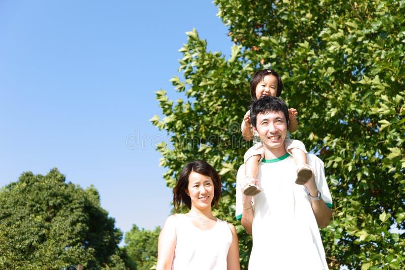 Familia japonesa en el parque imágenes de archivo libres de regalías