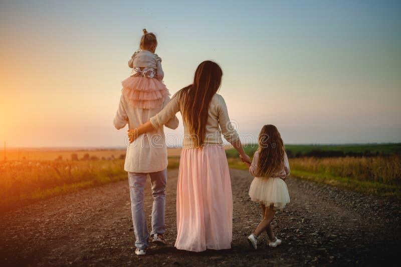 Familia joven al aire libre fotografía de archivo libre de regalías