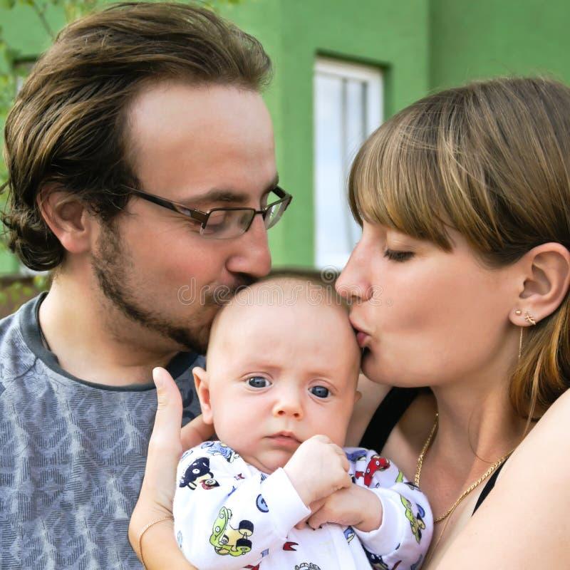 Familia joven con el bebé imagen de archivo