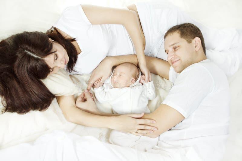 Familia joven con el bebé recién nacido