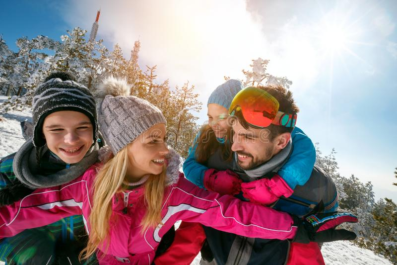 Familia joven con los niños el vacaciones del esquí del invierno fotografía de archivo