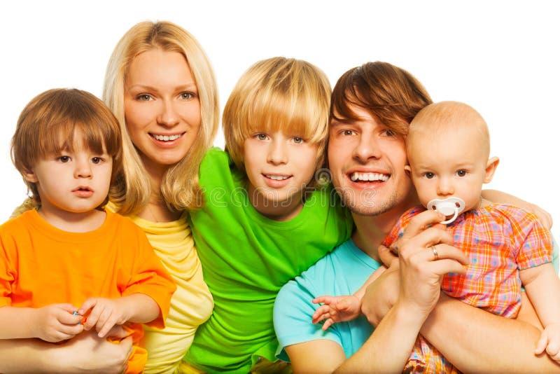 Familia joven con tres niños imagenes de archivo