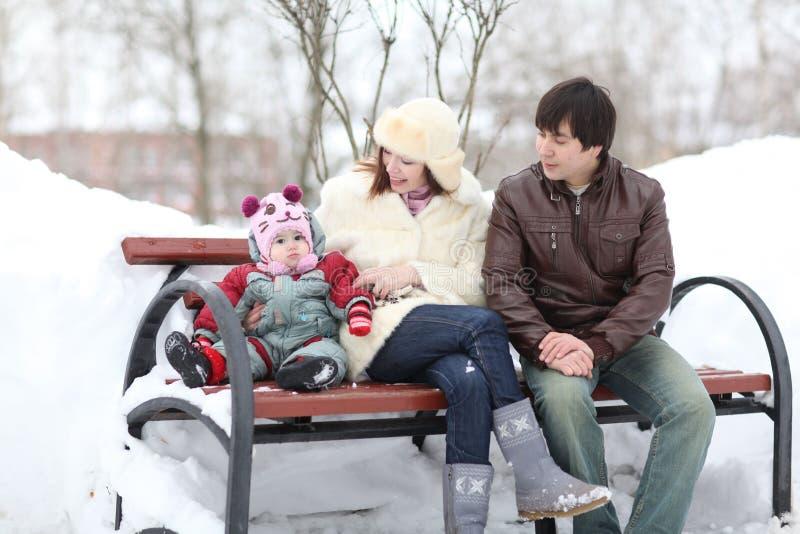 Familia joven con un bebé imagen de archivo libre de regalías