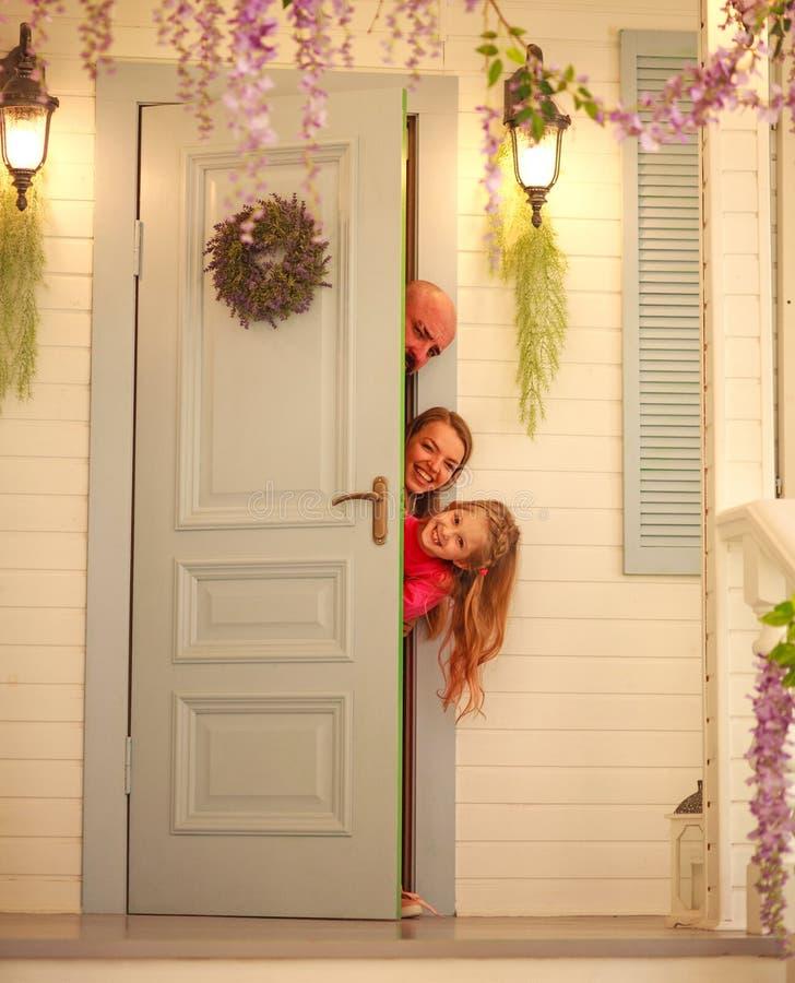 Familia joven de la diversión que juega escondite en casa foto de archivo libre de regalías