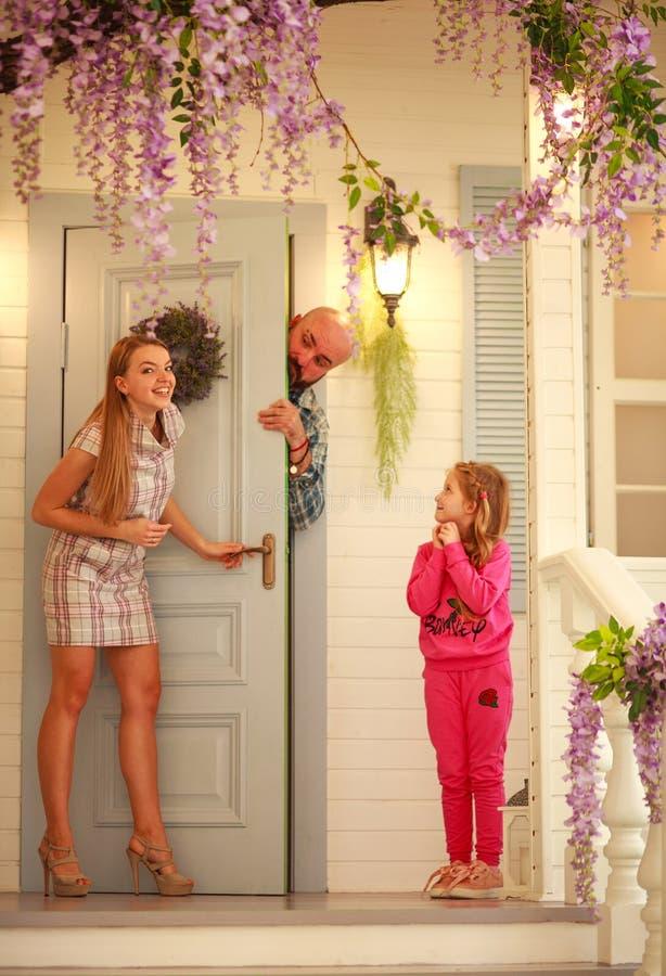 Familia joven de la diversión que juega escondite en casa fotografía de archivo libre de regalías