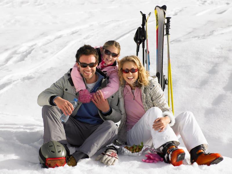 Familia joven el vacaciones del esquí imagenes de archivo