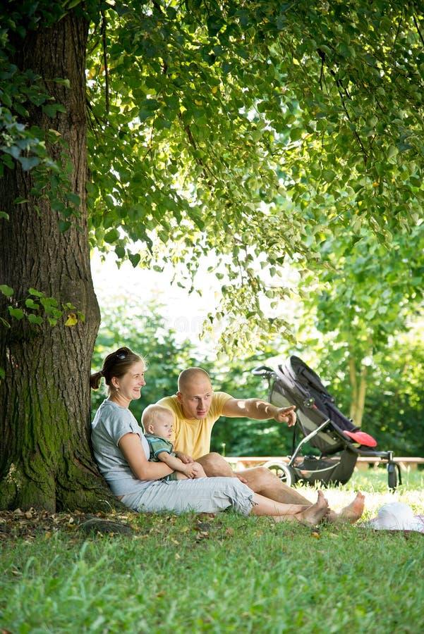 Familia joven en el parque fotos de archivo libres de regalías