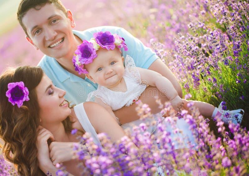 Familia joven en un campo de la lavanda imagenes de archivo
