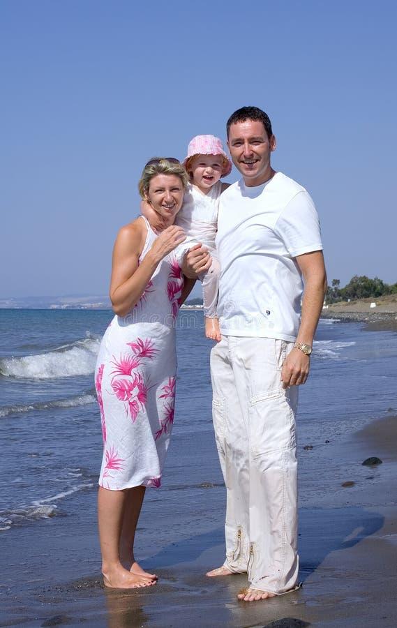 Familia joven en una playa en España el vacaciones foto de archivo libre de regalías