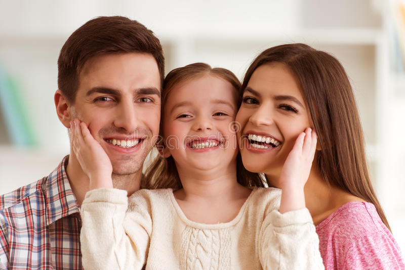 Familia joven feliz imagenes de archivo