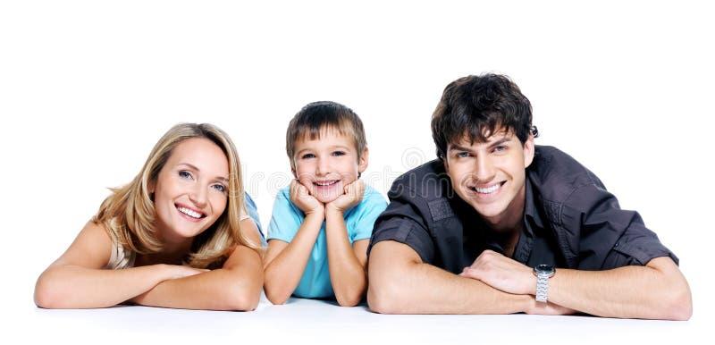 Familia joven feliz con el niño