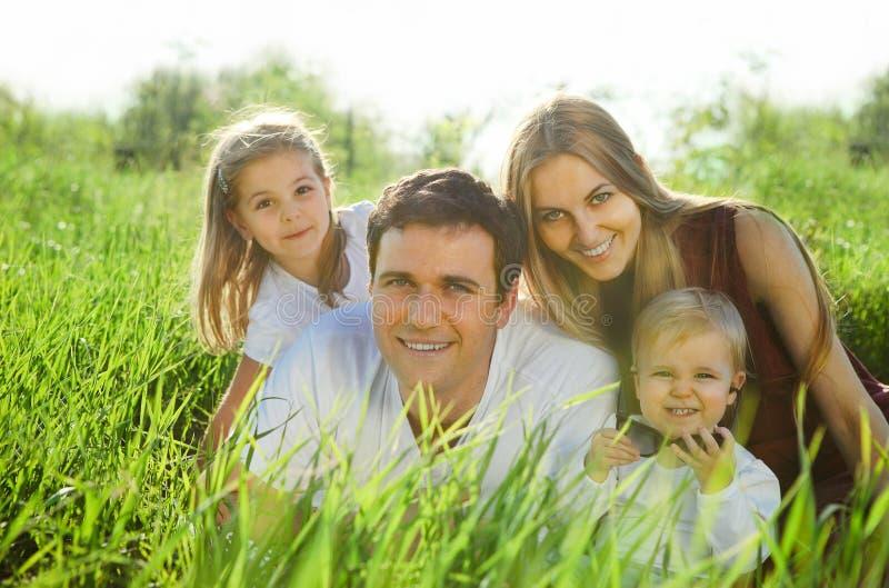 Familia joven feliz con los niños fotos de archivo libres de regalías
