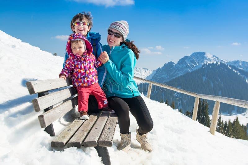 Familia joven feliz en vacaciones del invierno fotografía de archivo libre de regalías