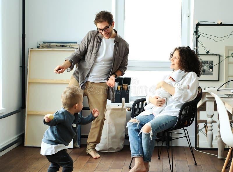 Familia joven feliz que ríe y que baila imágenes de archivo libres de regalías