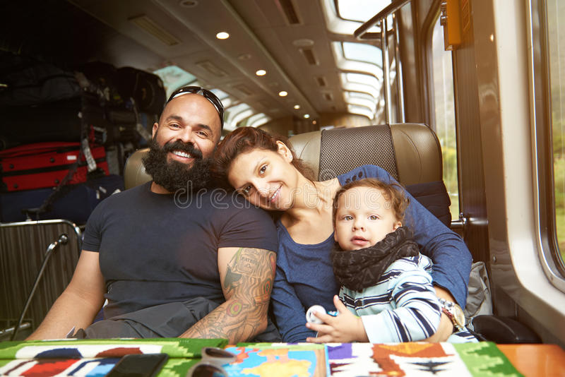 Familia joven moderna en tren imagen de archivo