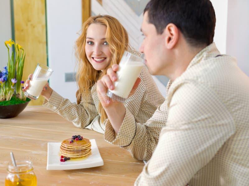 Familia joven que desayuna imagen de archivo libre de regalías