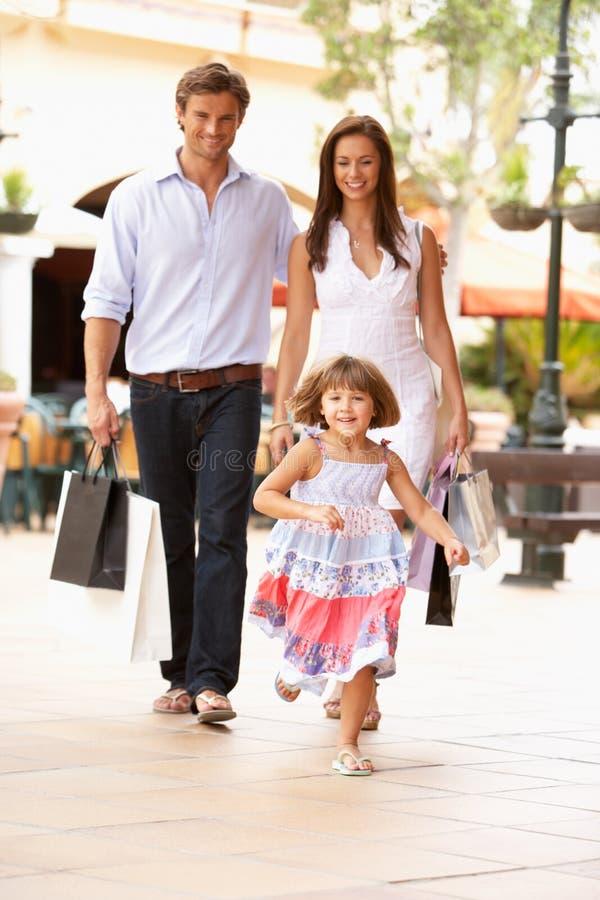 Familia joven que disfruta de viaje de las compras imagen de archivo libre de regalías