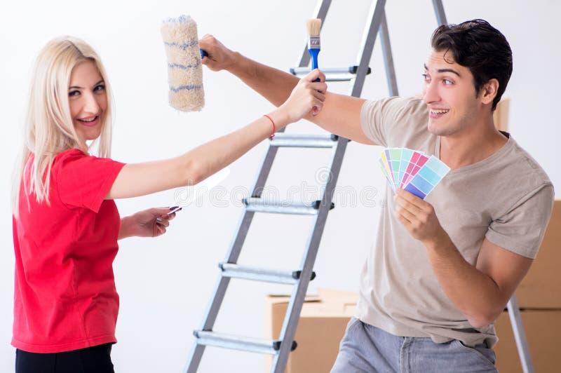 Familia joven que hace trabajo de la pintura durante la renovaci?n casera imágenes de archivo libres de regalías