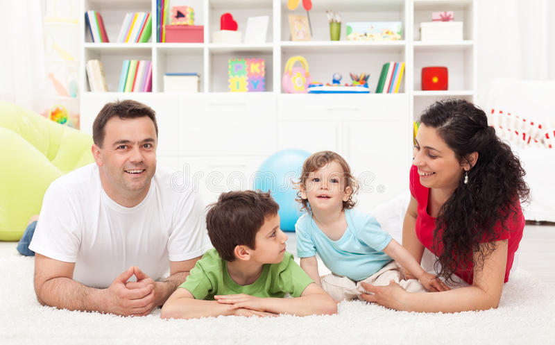 Familia joven que juega en el cuarto de los cabritos foto de archivo