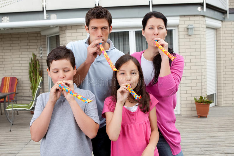 Familia joven que se goza en su patio trasero imagen de archivo libre de regalías