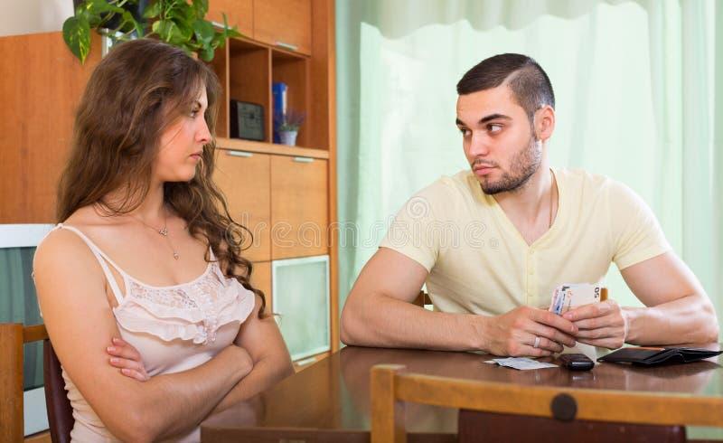 Download Familia Joven Que Tiene Problemas Del Dinero Imagen de archivo - Imagen de caucásico, finanzas: 41921395