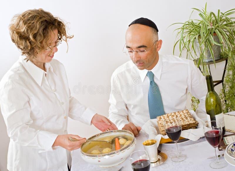 Familia judía que celebra passover foto de archivo
