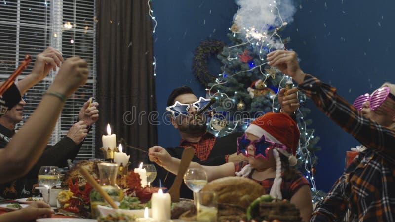Familia juguetona que celebra la Navidad que cena imagenes de archivo