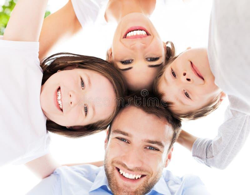 Familia junto al aire libre foto de archivo