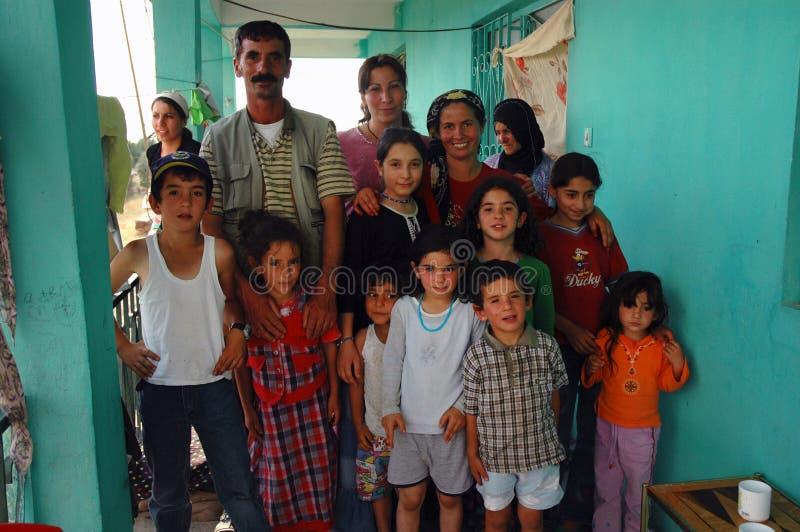 Familia kurda en Diyarbakir imagenes de archivo