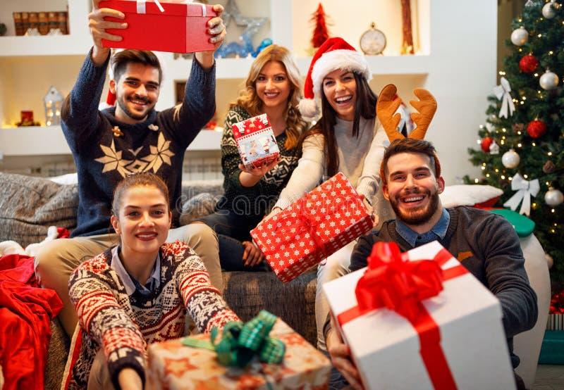 Familia, la Navidad, días de fiesta, felicidad y concepto-amigo de la gente fotos de archivo libres de regalías
