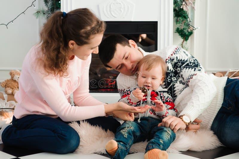 Familia, la Navidad, Navidad, invierno, felicidad y concepto de la gente imagen de archivo