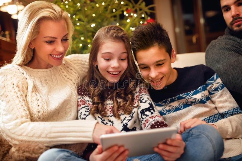Familia, la Navidad, Navidad, tecnología y concepto de la gente - familia fotografía de archivo