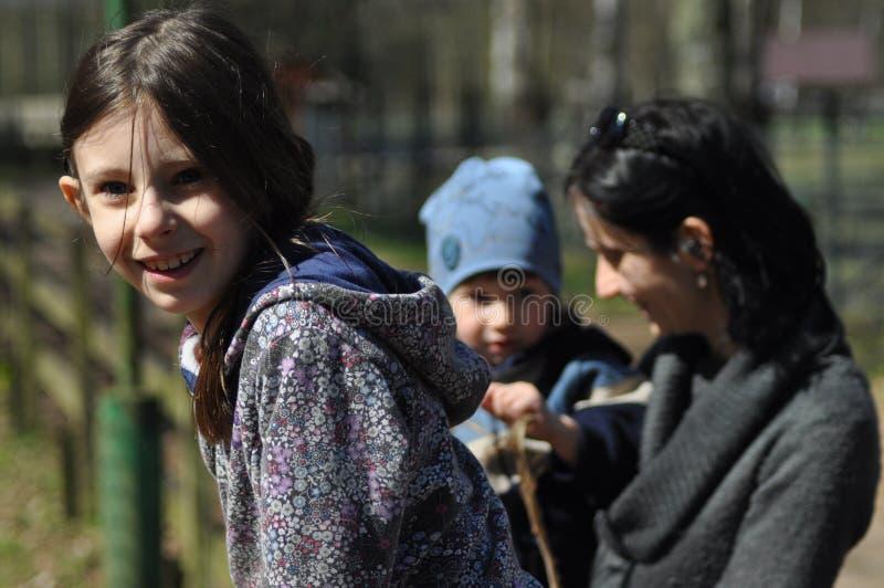 Familia, madre con su hija e hijo en un viaje en el bosque fotografía de archivo