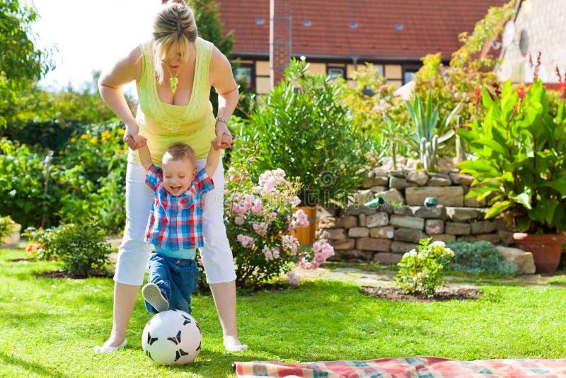 Familia - madre y niño en jardín imagen de archivo libre de regalías