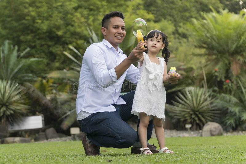 Familia malaya en el parque recreativo que se divierte fotografía de archivo