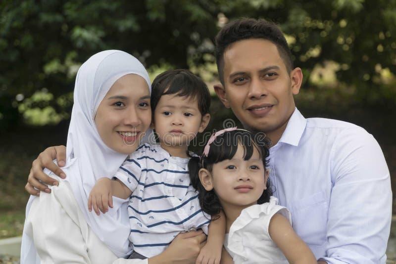 Familia malaya en el parque recreativo que se divierte imagenes de archivo