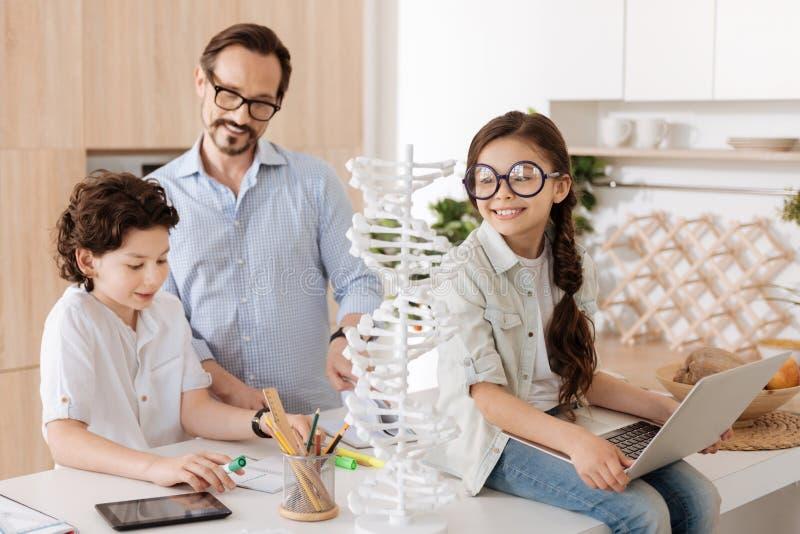 Familia monoparental preciosa que consigue lista para la escuela foto de archivo libre de regalías