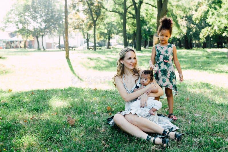 familia Multi-étnica en el parque imagen de archivo libre de regalías