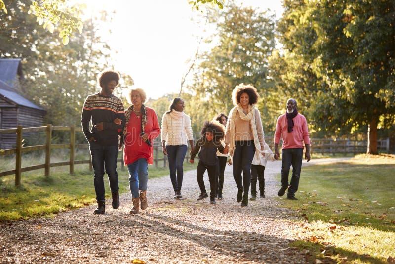 Familia multi de la generación en Autumn Walk In Countryside Together imagenes de archivo