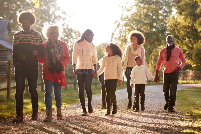 Familia multi de la generación en Autumn Walk In Countryside Together fotos de archivo