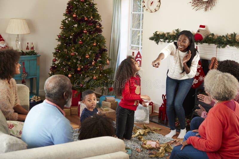 Familia multi de la generación que juega al juego de charadas como ella celebra la Navidad en casa junta imágenes de archivo libres de regalías