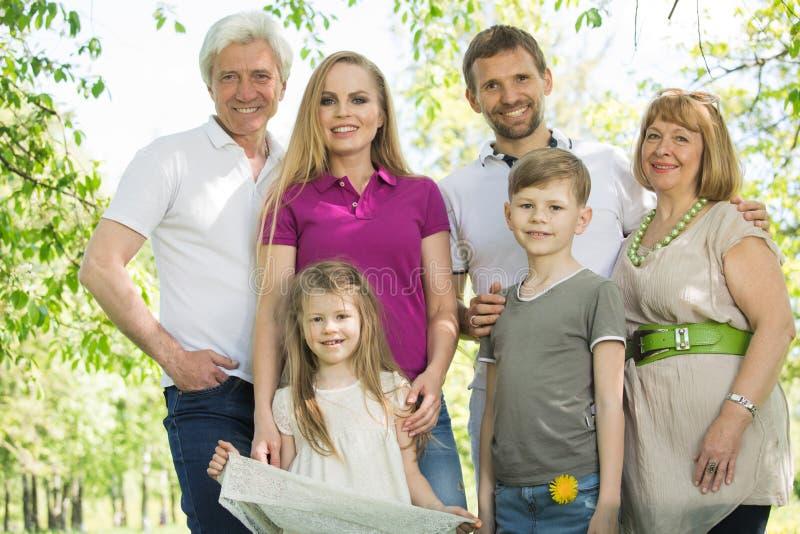 Familia multi de la generaci?n foto de archivo