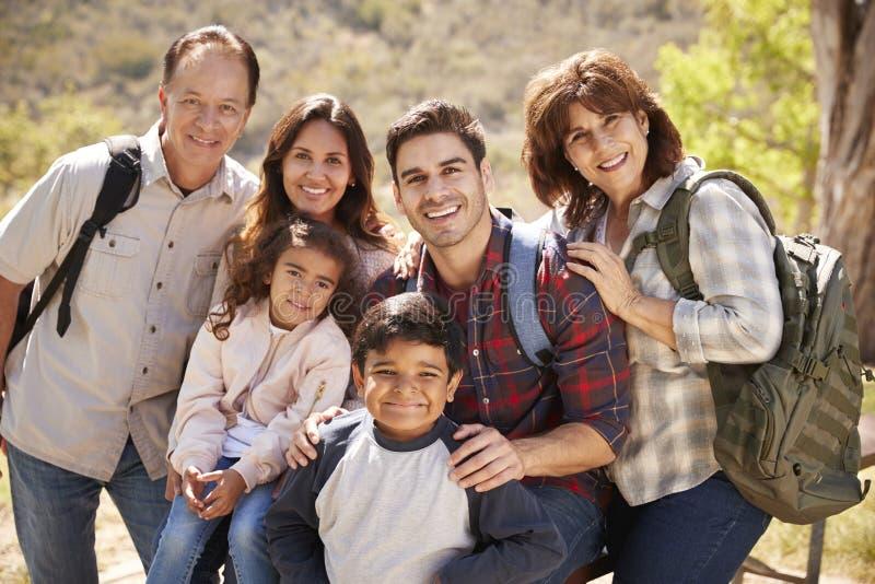 Familia multi que camina por un lago de la montaña, retrato de la generación imagen de archivo