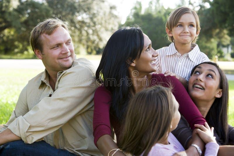 Familia multicultural moderna feliz imagen de archivo
