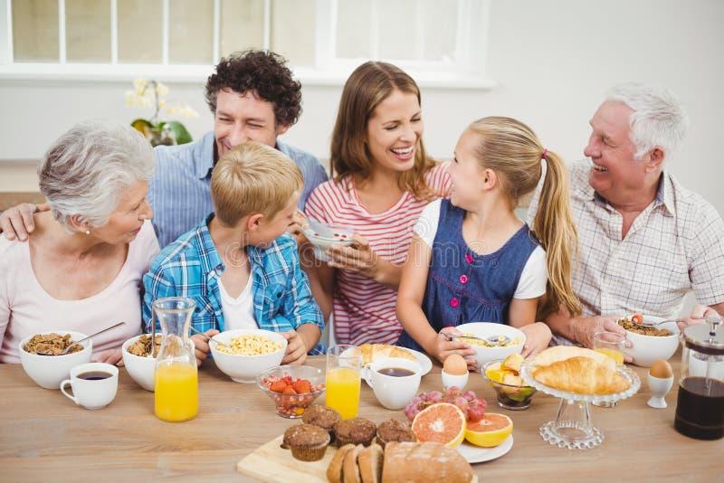 Familia multigeneración alegre que desayuna foto de archivo