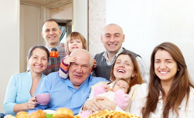 Familia multigeneración feliz imágenes de archivo libres de regalías