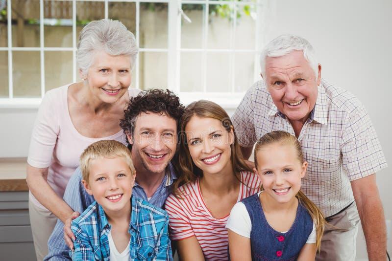 Familia multigeneración feliz contra ventana en casa imágenes de archivo libres de regalías