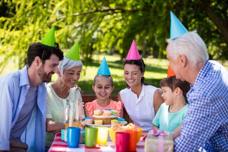 Familia multigeneración feliz que celebra la fiesta de cumpleaños imagenes de archivo