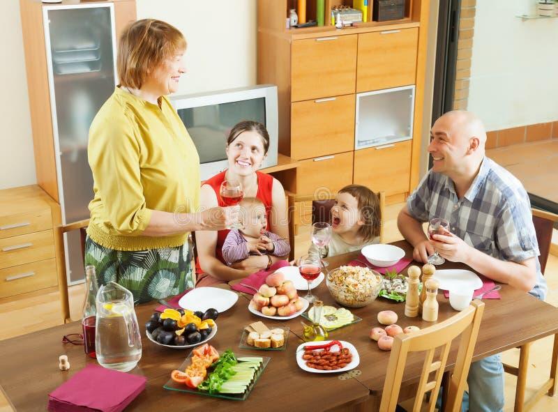 Familia multigeneración feliz que cena el día de fiesta imagen de archivo libre de regalías