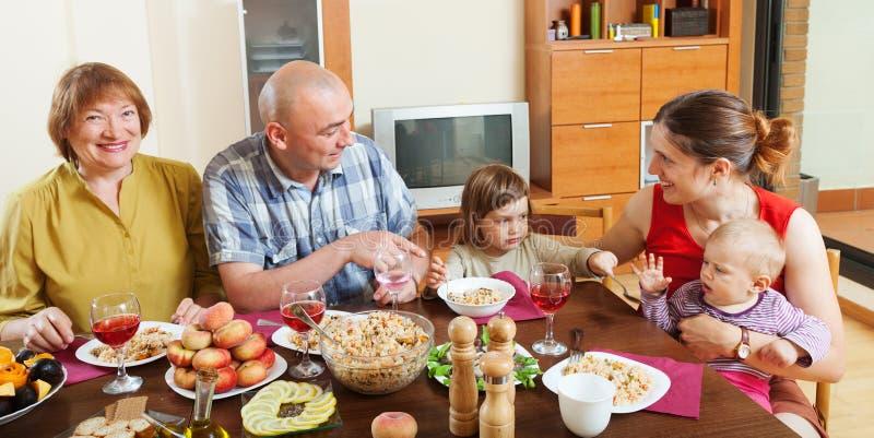 Familia multigeneración feliz que presenta junto sobre t celebrador imágenes de archivo libres de regalías